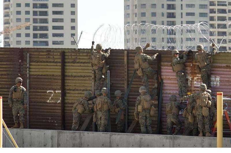 Un grupo de soldados estadounidenses instalan un cercado de alambre en San Diego (California, EE.UU), durante la Operación Línea Segura. EFE