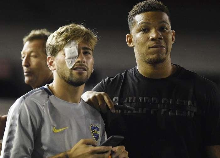 Los jugadores de Boca Juniors Gonzalo Lamardo (con el parche) y Wilmar Barros en la cancha del Monumental tras el atentado. /AP