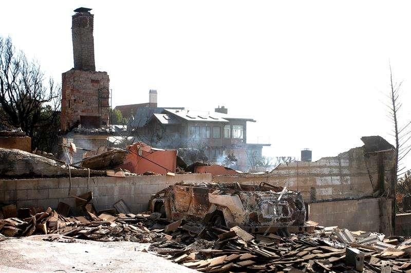 """Departamento Forestal y de Protección contra Incendios de California (Calfire), indica que en estos momentos los bomberos tienen la situación bajo control en """"el 100 %"""" de las cerca de 62.000 hectáreas que aún continúan en llamas en el norte. EFE"""