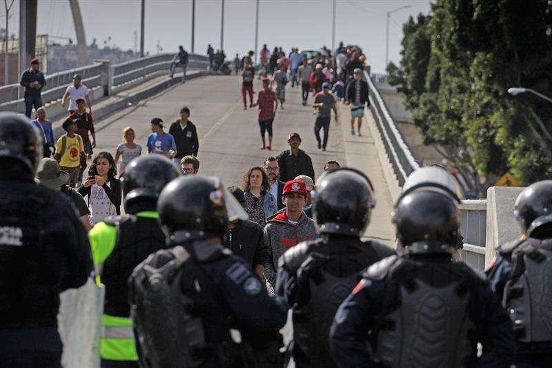 Si bien en algunos momentos se dieron empujones entre centroamericanos y policías, hasta el momento los altercados no se reportan graves. EFE