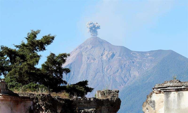 """l volcán tiene además una fumarola de color gris a 4.400 metros y pulsos incandescentes a 200 metros que originan """"avalanchas débiles y moderadas"""". EFE/Archivo"""