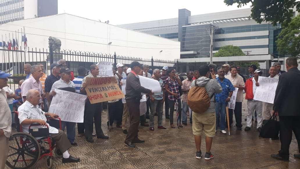 Con pancartas en mano y gritando consignas, los protestan se manifestaron de forma pacífica en las inmediaciones de la Asamblea.  Foto: Yorlenne Morales