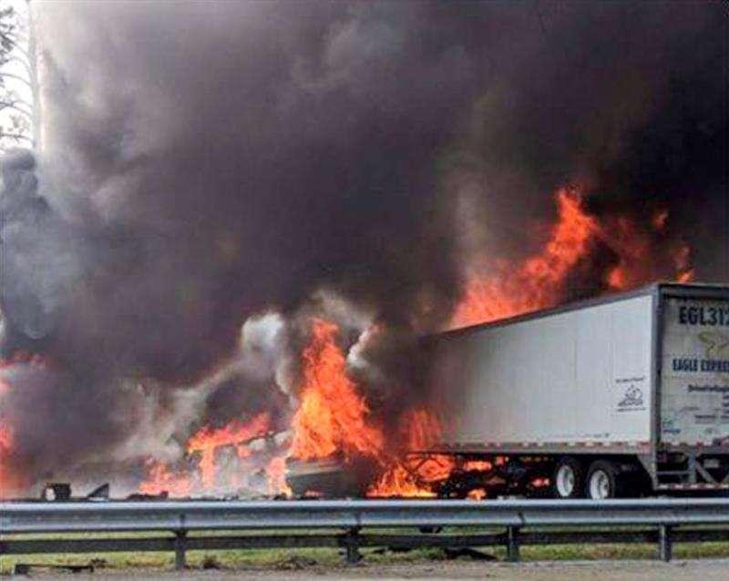 Fotografía cedida por el servicios de bomberos de Alachua hoy, 4 de enero de 2019 que muestra el lugar de un accidente mortal en Gainesville, Florida (Estados Unidos) ayer, 3 de enero. EFE/ Servicio Bomberos Alachua