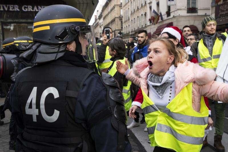 """Una manifestante grita a un policía antidisturbios durante una manifestación de los """"chalecos amarillos"""" franceses en Parí, Francia.EFE/Archivo"""
