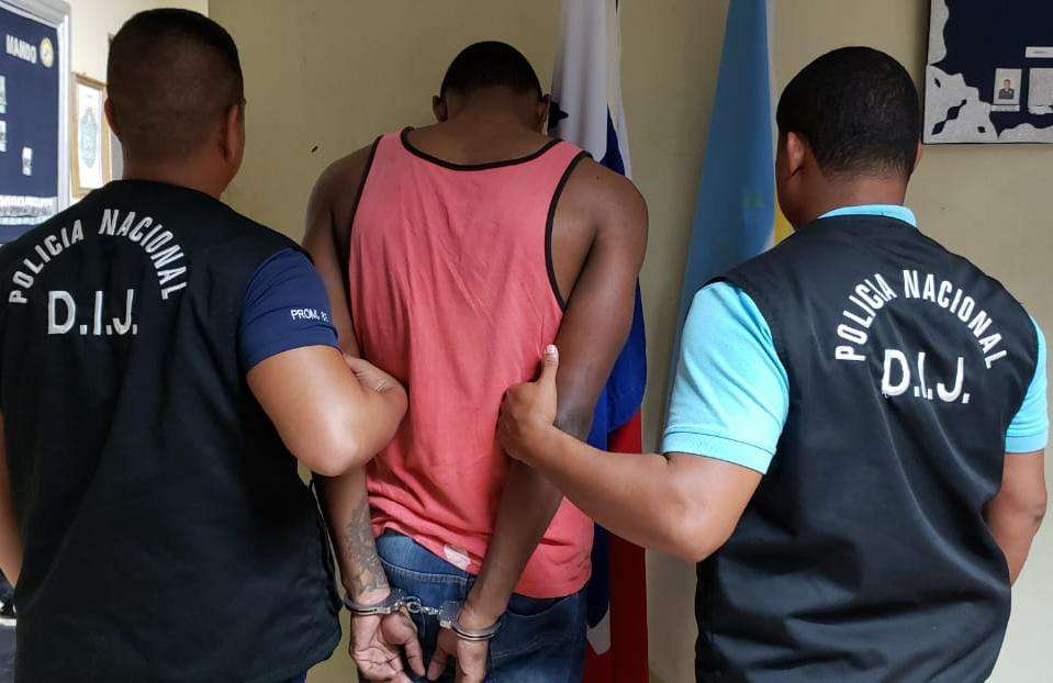 En el sector de Nuevo México en  la provincia de Colón, unidades de la DIJ capturaron a un hombre vinculado y requerido por la Ministerio Público por el delito de Homicidio en Grado de Tentativa. Foto: @ProtegerYServir