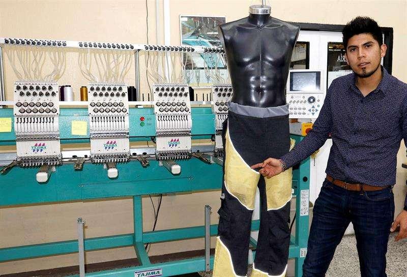 Foed Alejandro Vivanco López un egresado del Instituto Politécnico Nacional (IPN) de México que confeccionó un pantalón que protege a las personas parapléjicas contra quemaduras, rasgaduras y fricción. EFE