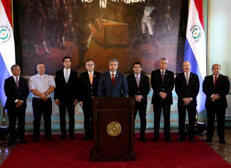 El presidente de Paraguay, Mario Abdo Benítez (c), hace un anuncio desde el Palacio de Gobierno hoy, en Asunción (Paraguay). EFE