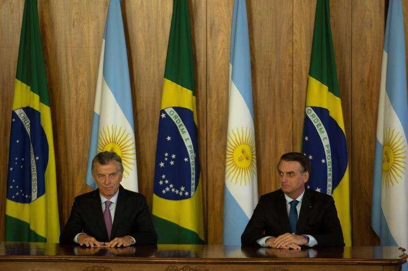 El presidente de Brasil, Jair Bolsonaro (d), y su homólogo argentino, Mauricio Macri (i), hablan en rueda de prensa tras la firma de actos, hoy en Brasilia (Brasil). EFE