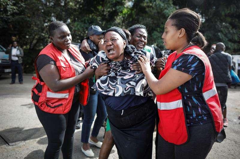 Una mujer (c) llora desconsolada tras ver el cuerpo sin vida de un familiar tras el ataque contra un complejo hotelero en Nairobi (Kenia). EFE