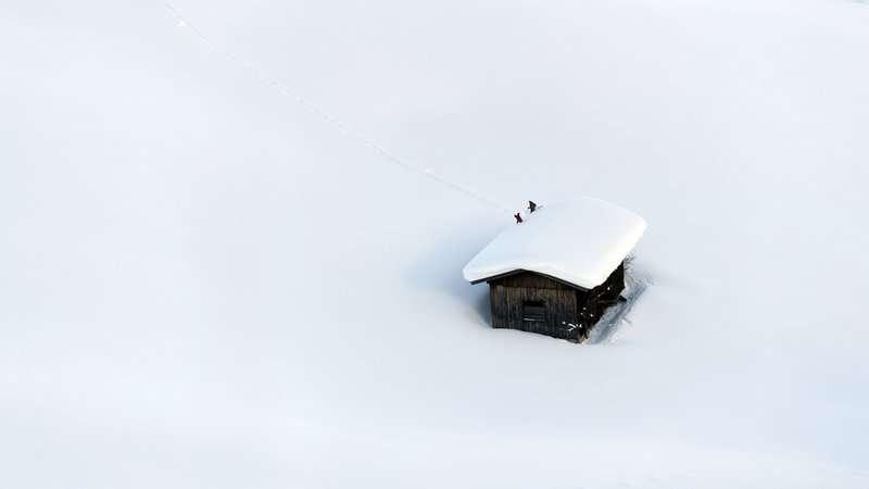 Personas despejadas en el techo de Lofer, Salzburgo, Austria. Foto AP