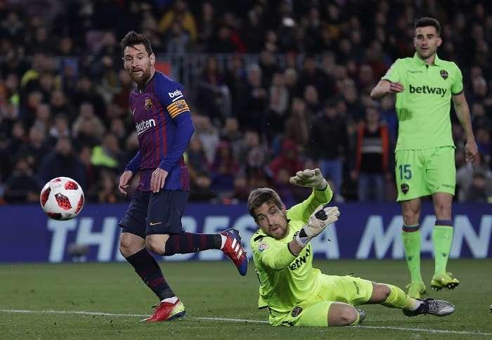 El delantero argentino del FC Barcelona, Leo Messi (d), marca su gol frente al Levante. /AP