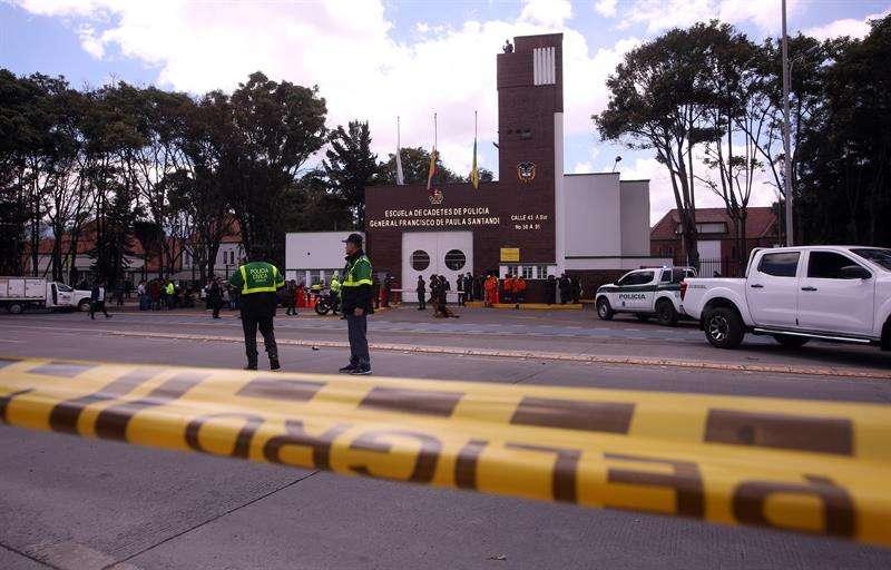 Miembros de la Policía fueron registrados este jueves en la entrada de la Escuela General Santander, luego de que un carro bomba causara una explosión en esta sede académica policial en Bogotá (Colombia). EFE