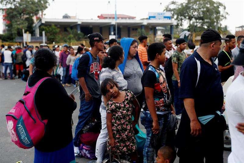 Decenas de migrantes hondureños esperan en el puente que divide la frontera entre Guatemala y México en Tecún Umán, San Marcos para registrarse y entrar a territorio mexicano, hoy jueves 17 de enero de 2019. EFE
