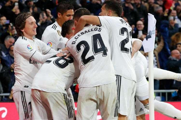 Jugadores del Real Madrid celebran una de las anotaciones en el partido. Foto: AP