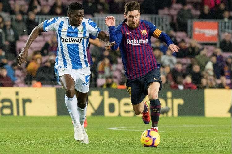 Lionel Messi (der.) conduce el balón durante el partido.