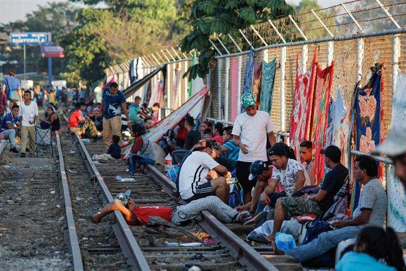 Migrantes hondureños que han decidido acogerse a la tarjeta humanitaria para establecerse de manera legal en territorio mexicano esperan el tramite del documento final. EFE