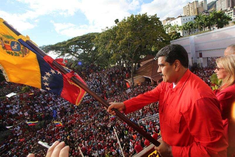 El presidente de Venezuela, Nicolás Maduro, mientras da un discurso frente a simpatizantes este miércoles a las puertas del palacio presidencial de Miraflores, en Caracas (Venezuela). EFE/ Marcelo Garcia