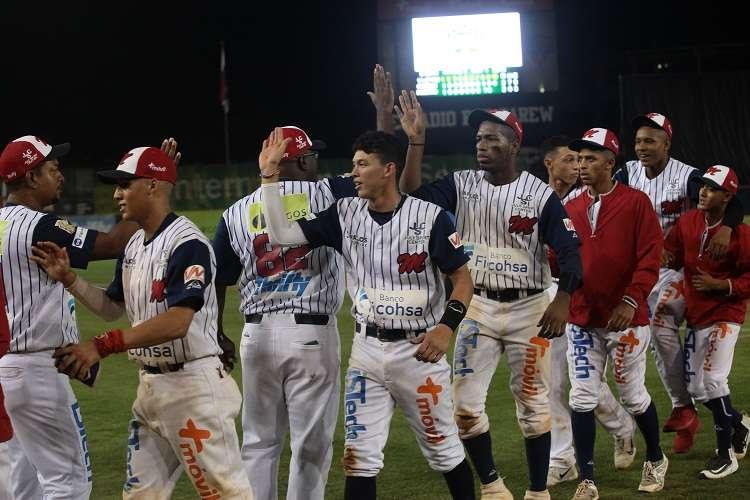 El equipo de Los Santos apabullo anoche a la novena de Veraguas por abultamiento de carreras en siete episodios, (18- 6). Foto: Anayansi Gamez