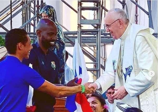 Felipe Baloy y el nadador César Barría saludan al papa Francisco. / Instagram