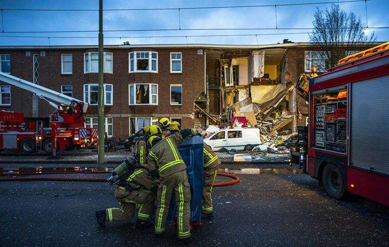 Servicios de emergencia en el lugar de una explosión que causó el colapso del frente de un edificio en La Haya, Países Bajos. EFE