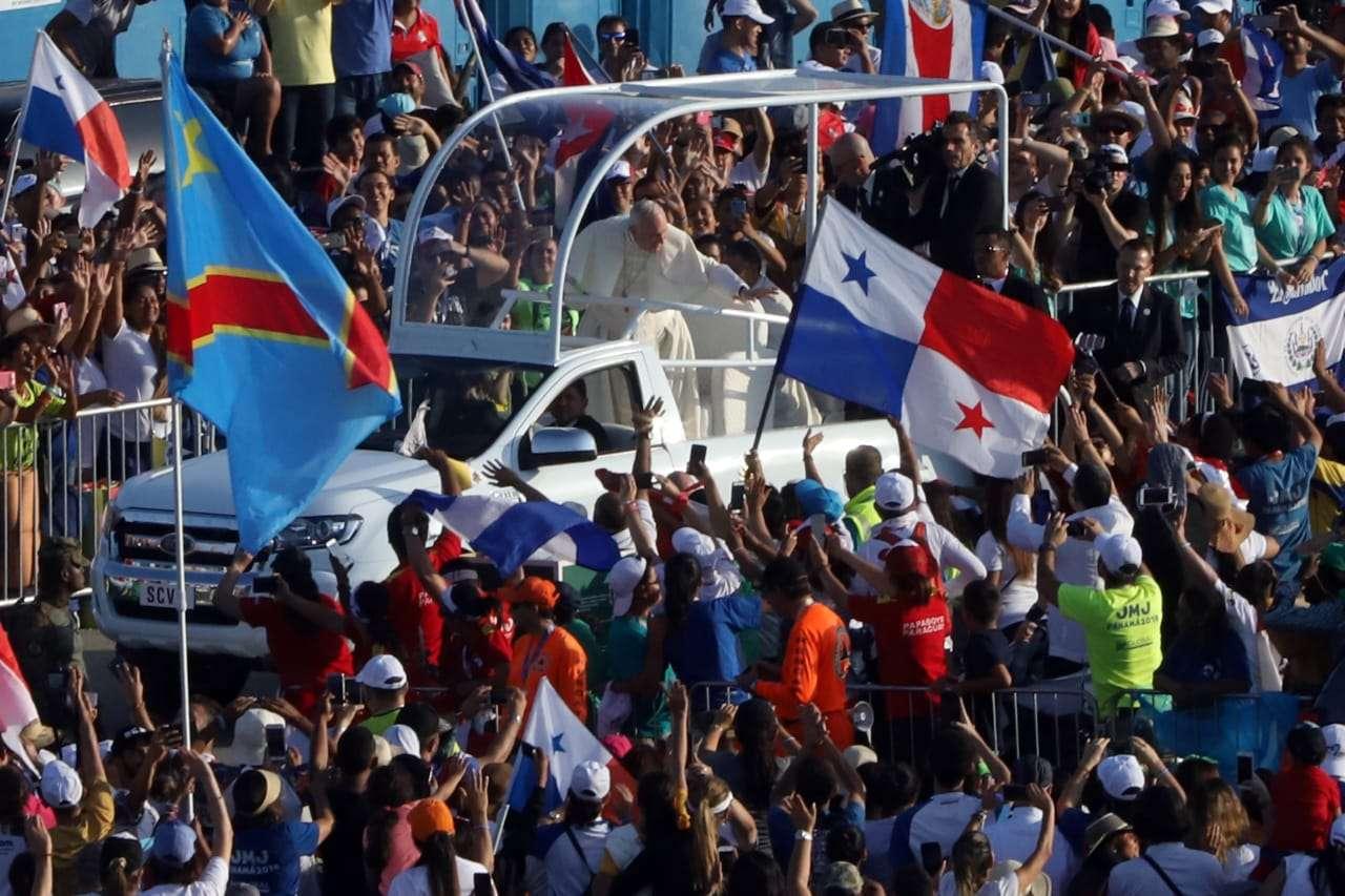 Vista general de los miles de asistentes a la misa de cierre de la Jornada Mundial de la Juventud (JMJ), oficiada por el papa Francisco este domingo, en Ciudad de Panamá (Panamá). EFE