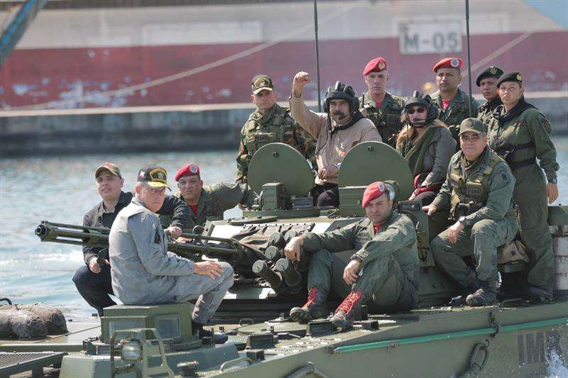Fotografía cedida por prensa de Miraflores que muestra al presidente de Venezuela, Nicolás Maduro (c), mientras encabeza unas maniobras militares, este domingo en Caracas (Venezuela). EFE/Prensa Miraflores