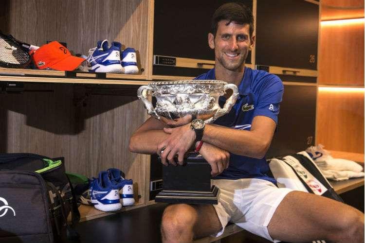 El serbio Novak Djokovic posa con el trofeo de campeón del Abierto de Australia. Foto: AP