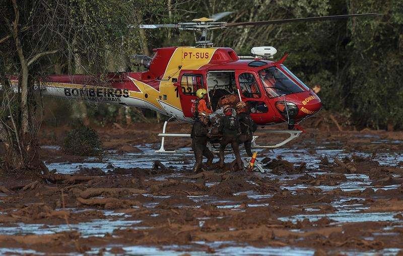Bomberos sacan un cuerpo este domingo durante las labores de búsqueda y rescate de las víctimas de la rotura de represa de la compañía Vale, en Brumadinho, municipio de Minas Gerais (Brasil). EFE