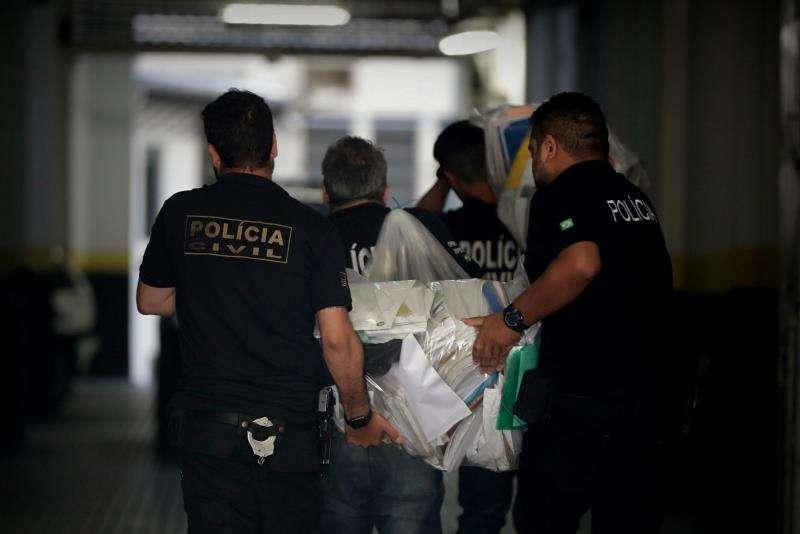 La policía de Sao Paulo confisca documentos y ordenadores este martes, tras el arresto de dos ingenieros en Sao Paulo (Brasil). EFE