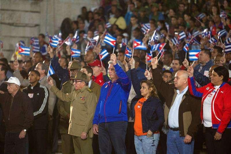 Raúl Castro posa junto a Miguel Díaz-Canel, segunda aparición en público del exmandatario este año tras el tornado en La Habana. EFE
