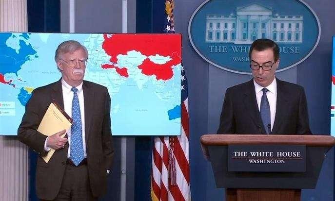 Captura de vídeo cedida por la Casa Blanca de una rueda de prensa del secretario del Tesoro de los Estados Unidos Steven Mnuchin (d) junto al asesor de seguridad nacional de Estados Unidos John Bolton (i).  EFE