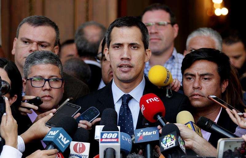 El presidente de la Asamblea Nacional, Juan Guaidó (c), participa este martes durante una sesión de la Asamblea Nacional en el Palacio Federal Legislativo en Caracas (Venezuela). EFE