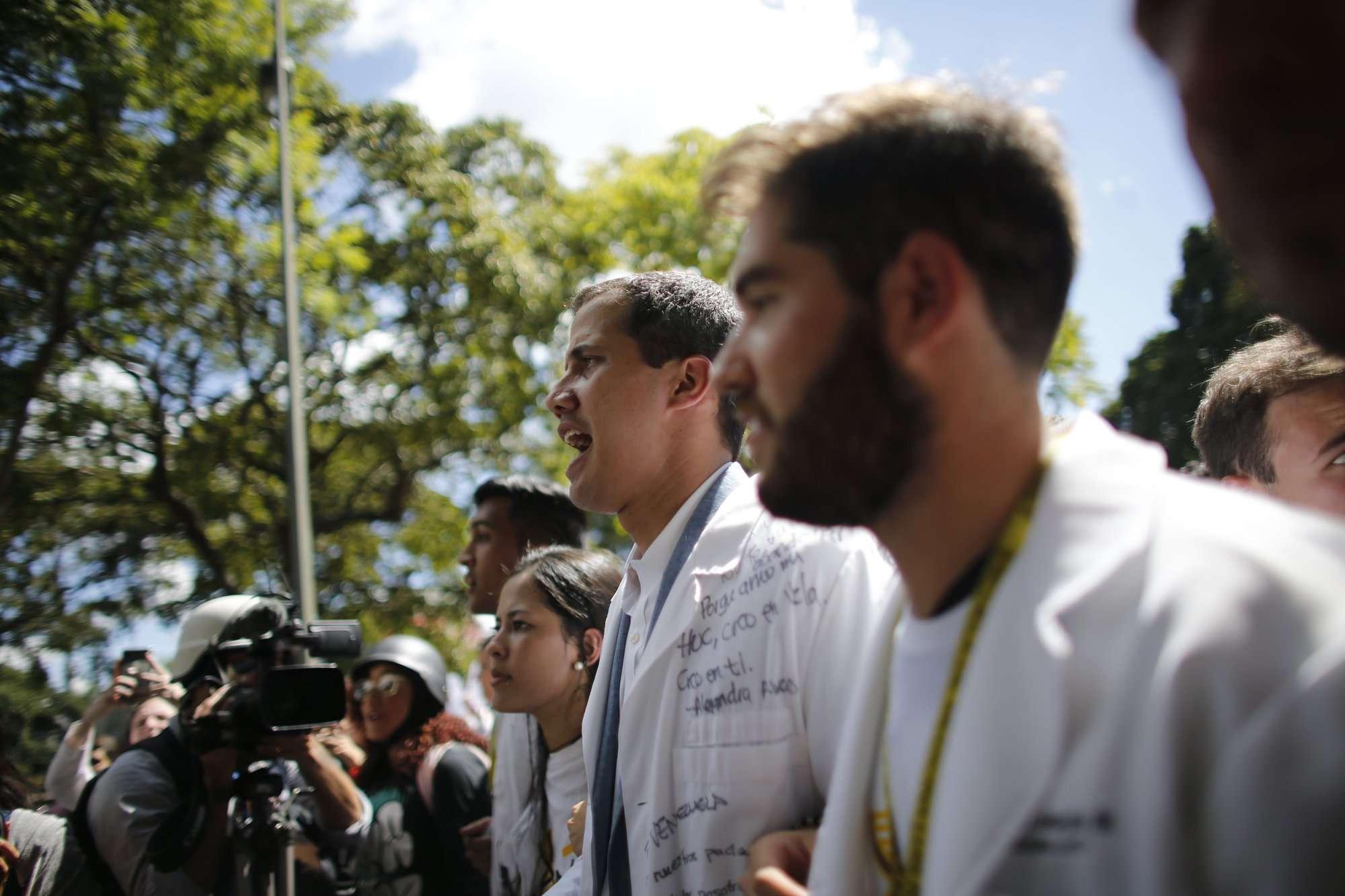 El presidente de la Asamblea Nacional de oposición, Juan Guaido, quien se declaró a sí mismo presidente interino de Venezuela, participa en una caminata contra el presidente Nicolás Maduro, en Caracas, Venezuela. AP