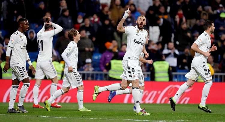 El centrocampista francés del Real Madrid, Karim Benzema (2d), celebra su gol ante el Deportivo Alavés. Foto: EFE