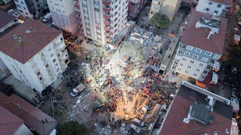 Un edificio habitado de ocho pisos se derrumbó en el barrio de Kartal, causando la muerte de al menos una persona y sepultando bajo los escombros al menos a otras cuatro, informó la emisora turca NTV EFE