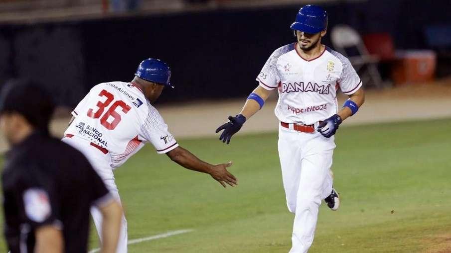 Javier Guerra pasa por tercera base, luego de sonar su enorme jonrón. / Foto AP
