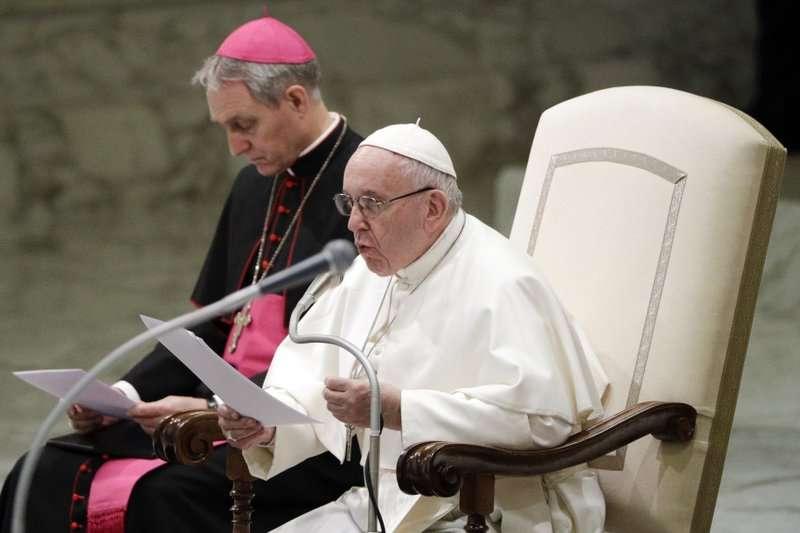 El Papa Francisco entrega su mensaje en la sala de Pablo VI con motivo de su audiencia general semanal en el Vaticano, el miércoles 6 de febrero de 2019.  Foto AP