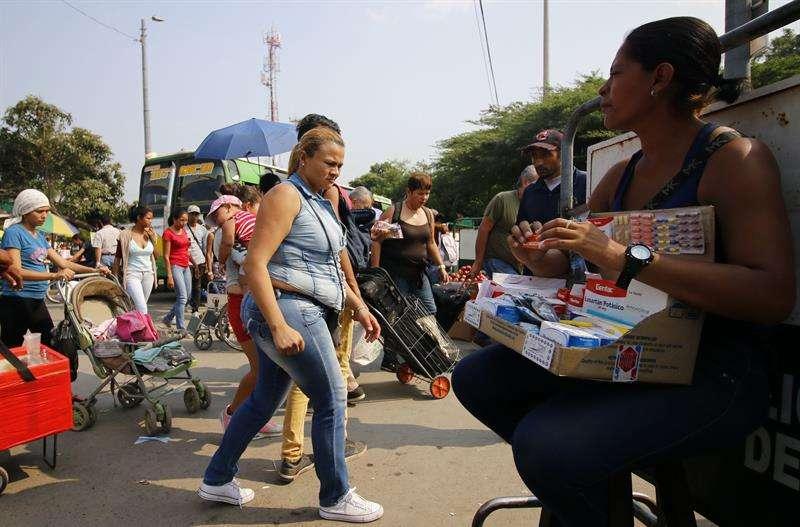 La representación diplomática publicó también imágenes en las que se observa a dos personas ayudando a descargar las numerosas cajas con alimentos y medicamentos en una bodega de la ciudad, capital departamental de Norte de santander. EFE/Archivo