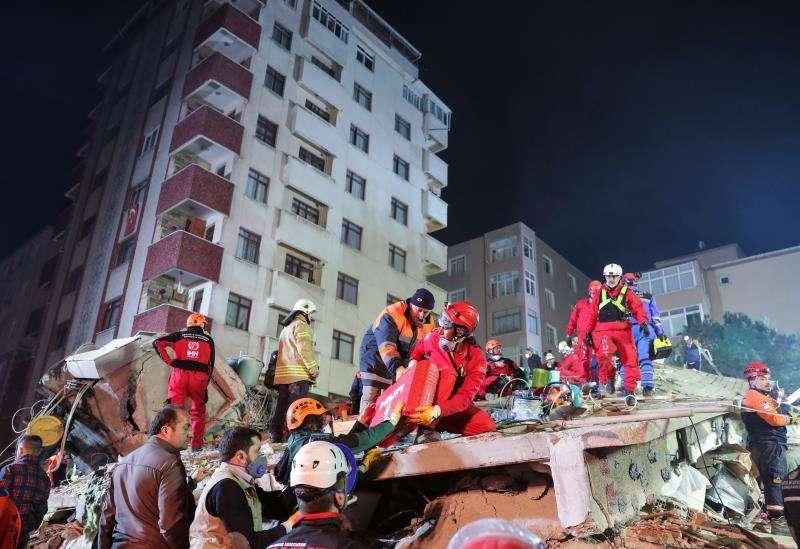 Rescatistas participan en el auxilio de heridos en el edificio que se derrumbo este miércoles, en el distrito de Kartal en Estambul, Turquía. EFE