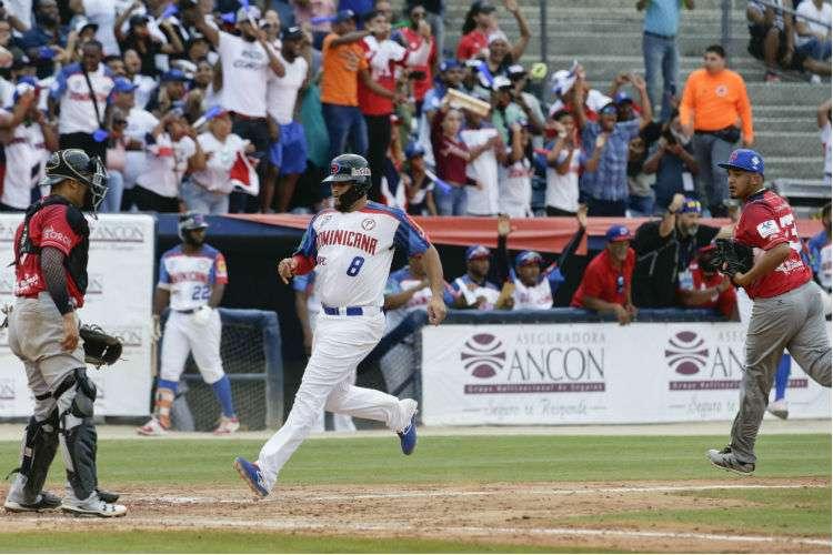 República Dominicana anota una de las carreras en el partido. Foto: AP