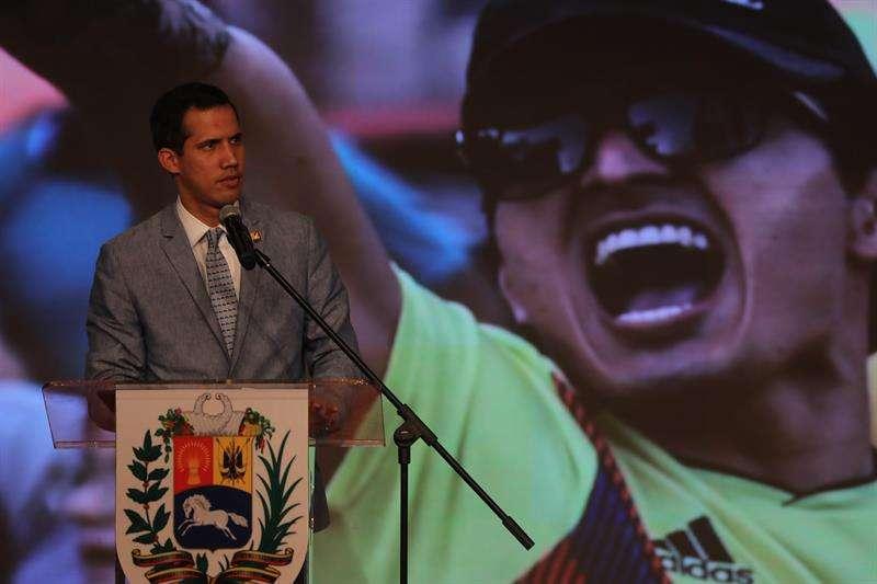 El jefe del Parlamento, Juan Guaidó, quien se proclamó presidente encargado de Venezuela hace más de dos semanas, habla durante un acto en el aula magna de la Universidad Central de Venezuela (UCV), en Caracas. EFE