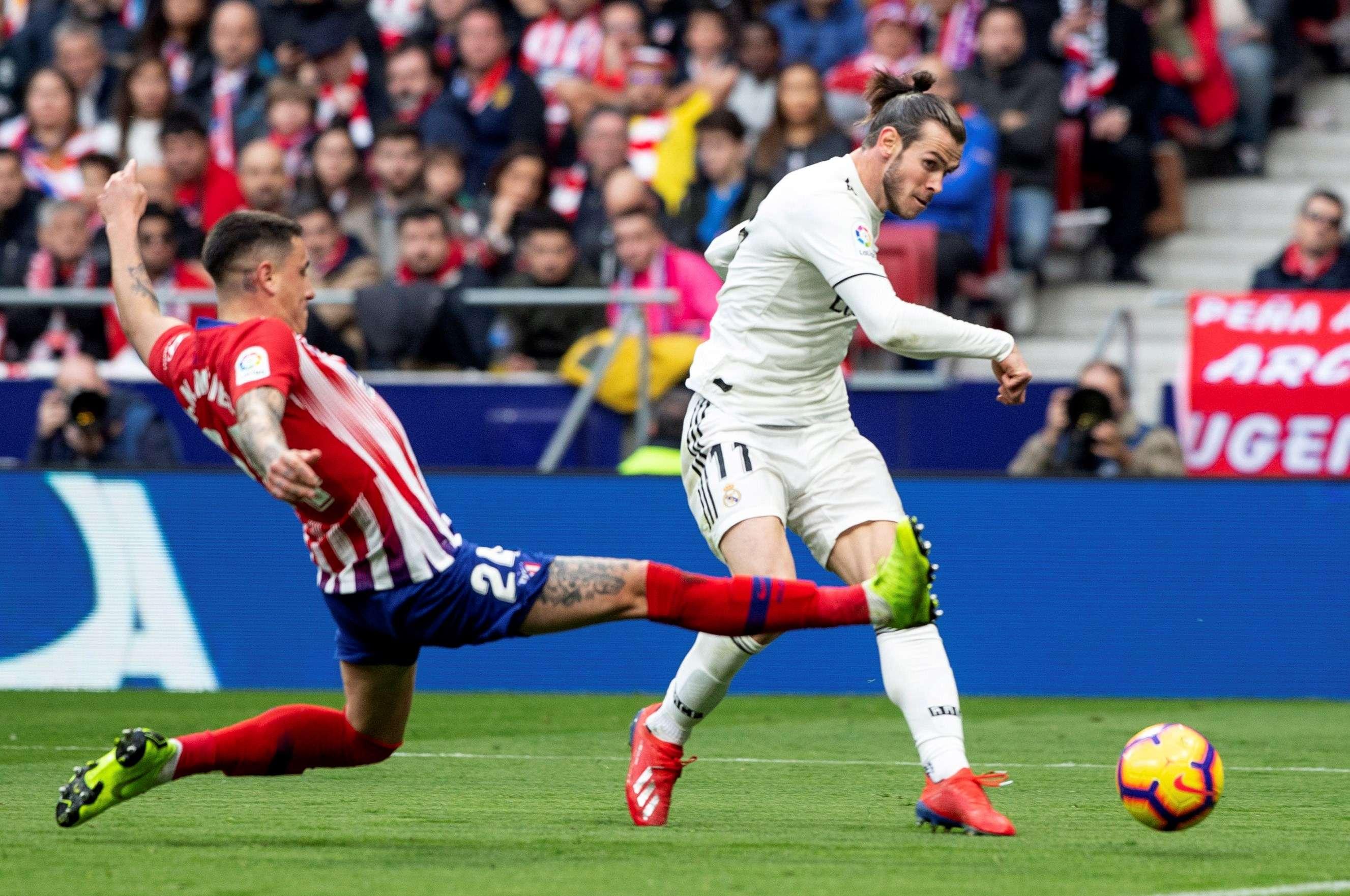 El delantero galés del Real Madrid Gareth Bale (d) y el defensa uruguayo del Atlético de Madrid José María Giménez durante el partido de la vigésimo tercera jornada de Liga que disputaron en el estadio Wanda Metropolitano de Madrid. EFE