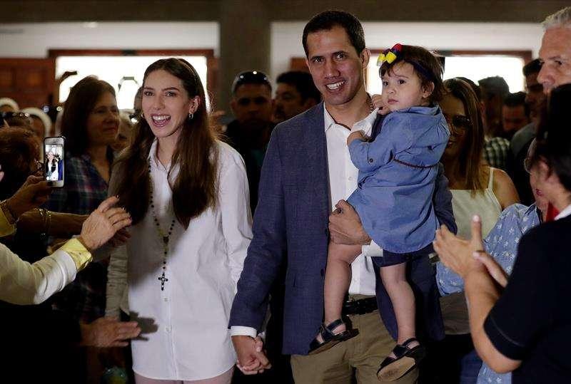 El jefe del Parlamento venezolano, Juan Guaidó (c-d), que el mes pasado se proclamó presidente encargado del país, interactúa con su hija en compañía de su esposa, Fabiana Rosales (c-i), y su madre, Norka Márquez (d), durante una misa este domingo. EFE