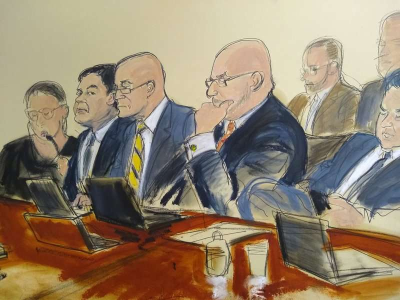 """Joaquín """"El Chapo"""" Guzmán, segundo desde la izquierda, sentado junto a sus abogados defensores, escucha el testimonio que fue leído al jurado, el lunes 11 de febrero de 2019. (Elizabeth Williams vía AP)"""