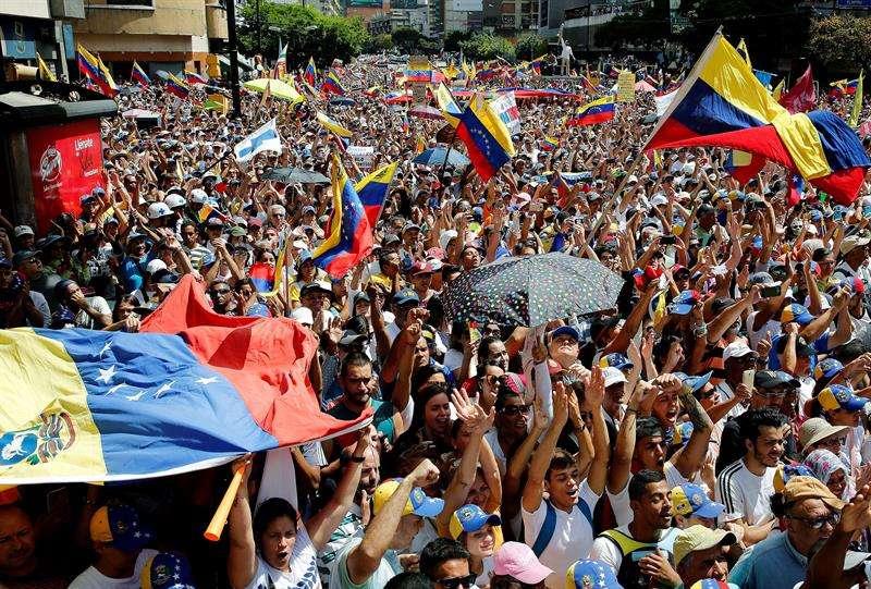 Cientos de personas participan en una concentración contra el gobierno del presidente de Venezuela, Nicolás Maduro, este martes, en el acomodado barrio de Chacao, Caracas (Venezuela). EFE