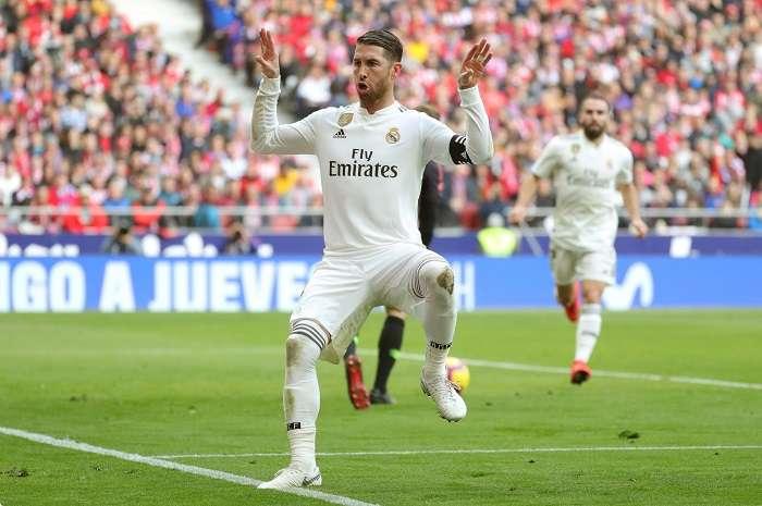 El defensa del Real Madrid Sergio Ramos celebra su gol ante el Atlético de Madrid durante el partido de la vigésimo tercera jornada de Liga que disputan en el estadio Wanda Metropolitano de Madrid. EFE/JuanJo Martín