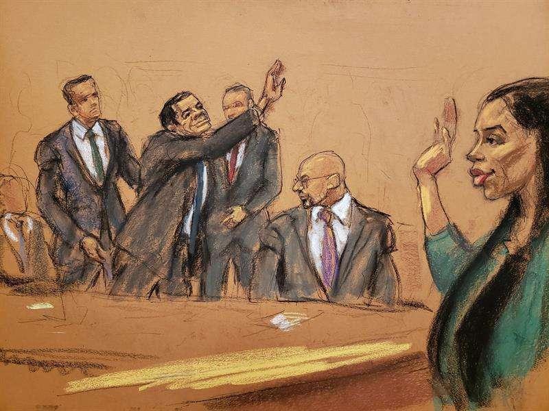 """Reproducción fotográfica de un dibujo realizado por la artista Jane Rosenberg donde aparece el narcotraficante mexicano Joaquín """"el Chapo"""" Guzmán (2-i) mientras saluda a su esposa Emma tras oír el veredicto en su contra. EFE"""