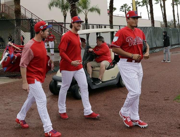 Aaron Nola (centro) junto a otros dos compañeros llegar al entrenamiento primaveral./ Foto AP