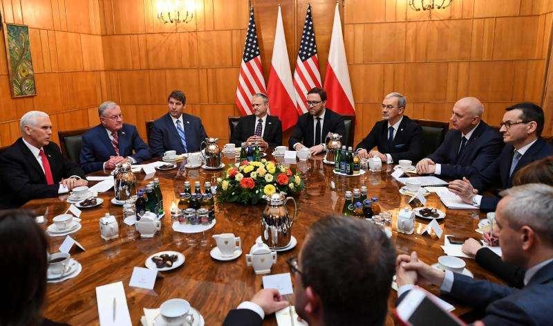 l primer ministro polaco, Mateusz Morawiecki (d), y los ministros polacos de Inversiones y Desarrollo, Jerzy Kwiecinski (3d), y de Interior, Joachim Brudzinski (2d), durante una reunión con el vicepresidente de Estados Unidos, Mike Pence (i). EFE