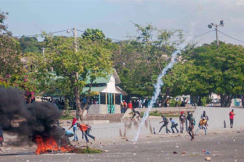 Decenas de manifestantes fueron registrados este miércoles al protestar de manera violenta en Puerto Príncipe (Haití). EFE